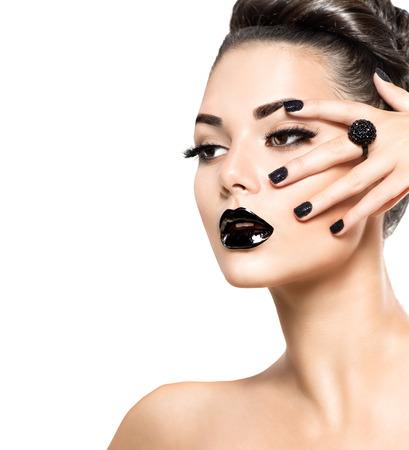 manicura: Chica modelo de la belleza con el maquillaje negro y lushes largas Foto de archivo
