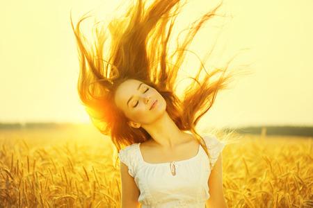 sol: Al aire libre de la belleza de la muchacha romántica en la luz del sol