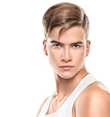 fitness hombres: Apuesto joven. Modelo de manera del hombre joven