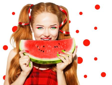 manicura: Belleza chica modelo adolescente comiendo sandía Foto de archivo