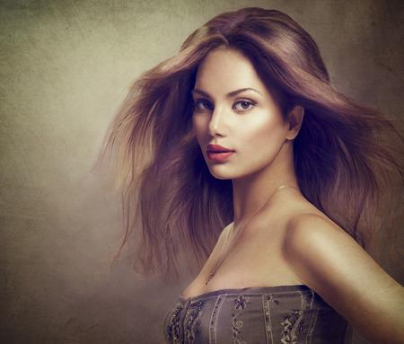 capelli lisci: Ragazza del modello ritratto con i capelli lunghi che soffia