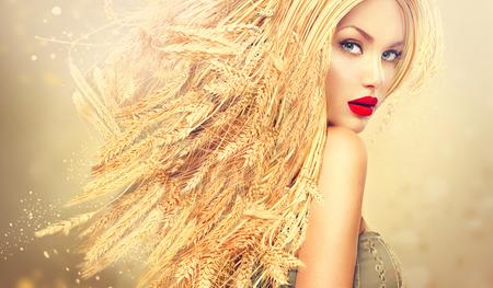 金の長い小麦の耳毛と美容ファッション モデルの女の子