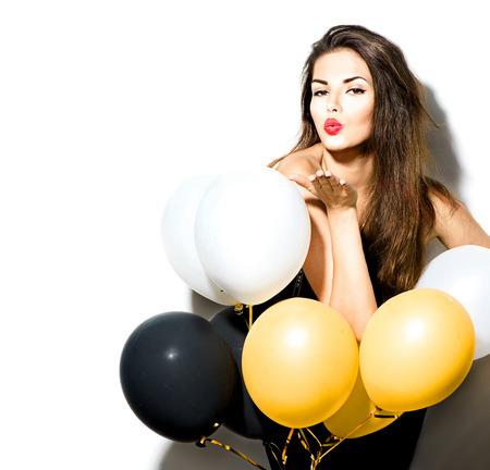 moda: Menina moda modelo beleza com balões coloridos isolados no branco