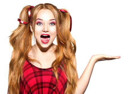 femme bouche ouverte: Dr�le adolescente montrant copie espace vide sur la paume de la main ouverte