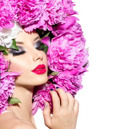 móda: Krása modelka dívka s růžovým pivoňka účes