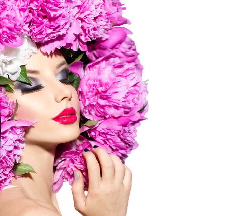 mode: Skönhet mode modell flicka med rosa pion frisyr Stockfoto