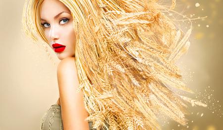 Beauty fashion model meisje met gouden lange tarwe oren haren