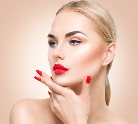 maquillage: Belle fille de mannequin aux cheveux blonds