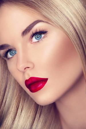 blonde yeux bleus: Belle fille avec des cheveux blonds saine et un maquillage parfait