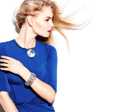 fondos azules: Alta chica modelo de la moda con un vestido azul Foto de archivo