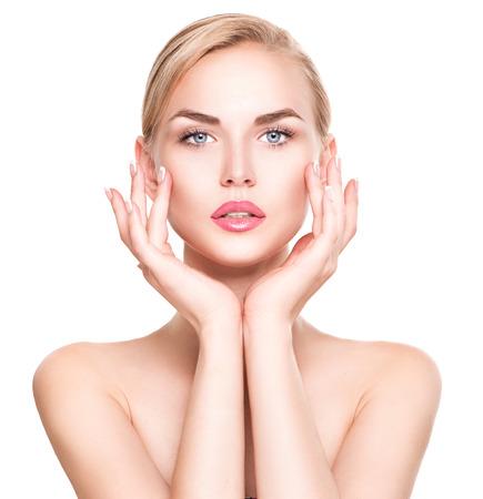 piel: Mujer joven hermosa del retrato. Hermosa niña de spa tocar su cara