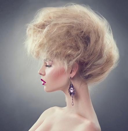 dishevel: Modello di alto modo ragazza con updo acconciatura Archivio Fotografico