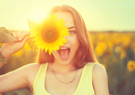 woman open mouth: Beaut� joyeuse adolescente avec tournesol Banque d'images