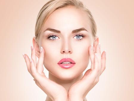 traitement: Belle fille spa toucher son visage. Peau fraîche parfaite Banque d'images
