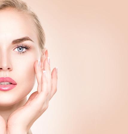 modelos posando: Retrato de mujer de Spa. La muchacha hermosa que toca su cara Foto de archivo