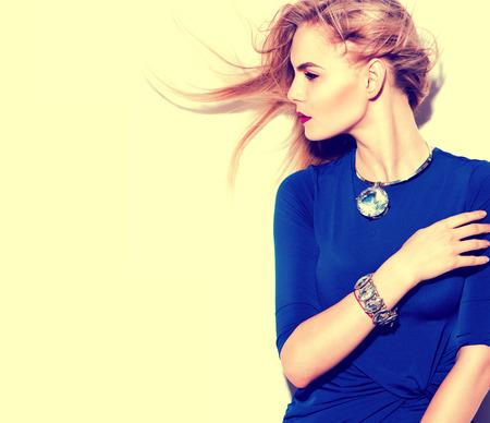 mode: Hög modell för mode flicka klädd i blå klänning porträtt
