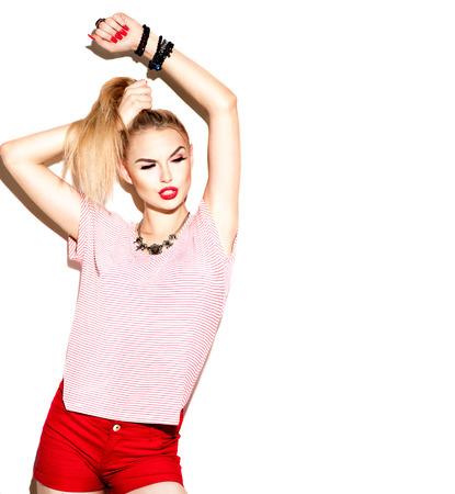 modelos posando: Adolescente de la manera modelo muchacha con estilo aislados en el fondo blanco