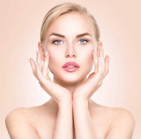 caras: Retrato de mujer de belleza. Hermosa niña de spa tocar su cara