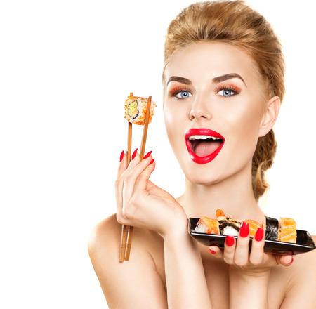 美容ファッション モデル女の子食べる寿司ロールします。