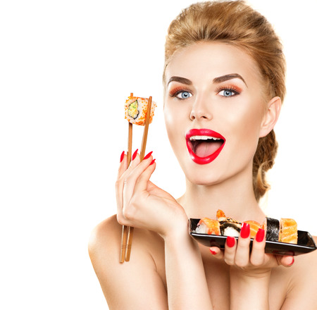 bouche: mode beauté fille modèle de manger des rouleaux de sushi