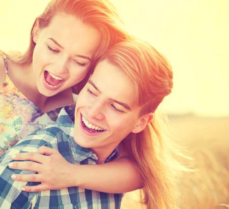 Ungt par ha roligt utomhus. Kärlek koncept