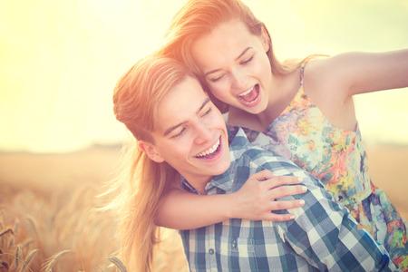 novio: Pareja joven divertirse al aire libre. Concepto del amor
