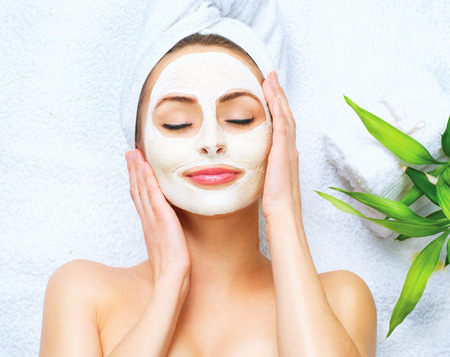 antifaz: Mujer del balneario que aplica la máscara facial de limpieza