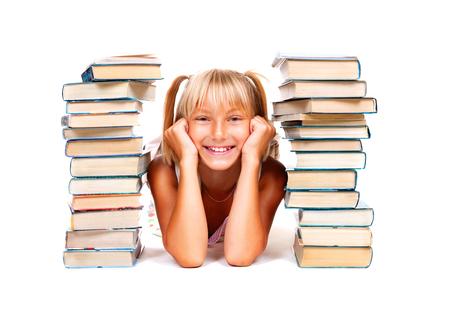 colegiala: De vuelta a la escuela. Colegiala sonriente feliz con la pila de libros. Concepto de la educaci�n