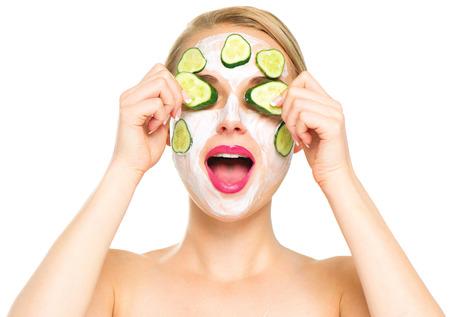 yogurt natural: Mujer del balneario que aplica la máscara facial fresca con pepinos Foto de archivo