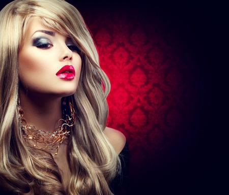 긴 머리를 가진 아름 다운 섹시 한 금발 여자