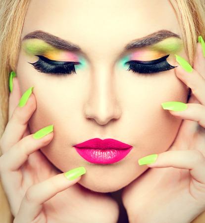 Schoonheid portret vrouw met levendige make-up en kleurrijke nagellak Stockfoto