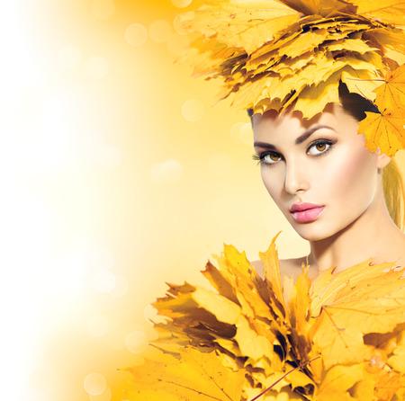 Herfst vrouw met gele bladeren kapsel Stockfoto