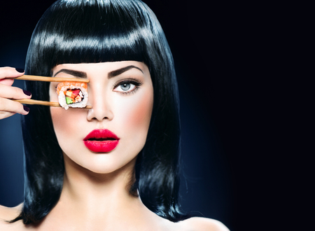 red lips: Moda retrato del arte del modelo de chica de belleza comer sushi roll
