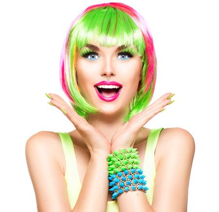 colorido: Sorprendido chica modelo de moda la belleza con el pelo teñido de colores