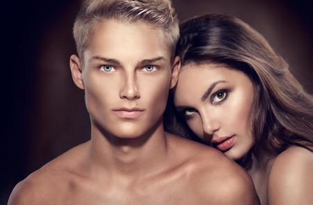 cuerpos desnudos: Hermoso retrato pareja sexy. Hombre modelo con su novia posando juntos