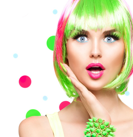 カラフルな髪染めと驚く美容ファッション モデルの女の子