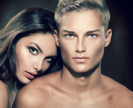 modelos desnudas: Hermoso retrato pareja sexy. Hombre modelo con su novia posando juntos