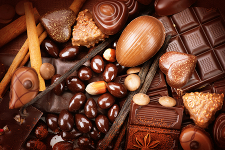 cafe bombon: Surtido de chocolate fino. Blanco, negro, chocolate con leche de cerca. Dulces Praline de chocolate con nueces y canela. Concepto de la comida dulce