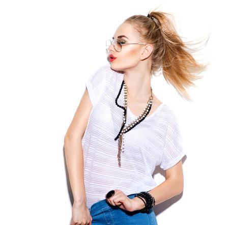 Fashion Model meisje geïsoleerd op een witte achtergrond. Schoonheid stijlvolle blonde vrouw poseren in modieuze kleding en een zonnebril. Casual stijl met schoonheid accessoires. Hoge mode, stedelijke stijl Stockfoto