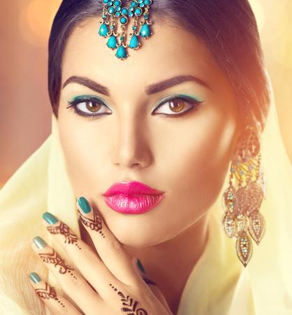 chica sexy: Retrato de la mujer india hermosa. Chica hindú con el tatuaje menhdi
