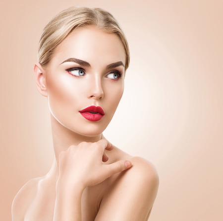 modelos posando: Retrato de mujer hermosa. Mujer del balneario de la belleza con la piel fresca y maquillaje perfecto Foto de archivo