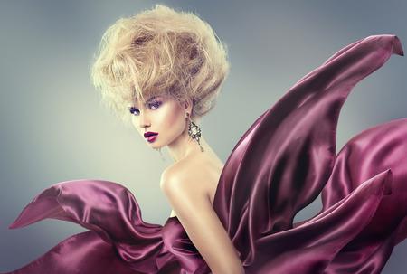 높은 패션 모델 소녀의 초상화. 코디 updo의 헤어 스타일 아름다움 여자