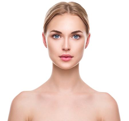 caras: Bella joven modelo de spa con piel perfecta fresca y limpia