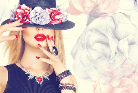 Krásná sexy žena s červené rty a manikúra v moderním černém klobouku