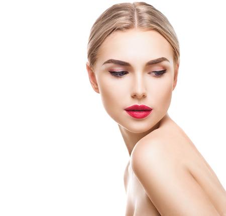 labios rojos: Mujer joven rubia con la piel perfecta aislada en blanco. Chica Sexy modelo