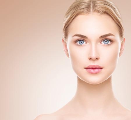 jeune femme nue: Beauté visage de femme. Belle fille spa avec une peau parfaite propre
