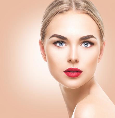 blonde yeux bleus: Belle blonde de modèle aux yeux bleus et maquillage parfait