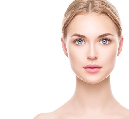 nudo integrale: Bella donna con perfetta pelle pulita fresca