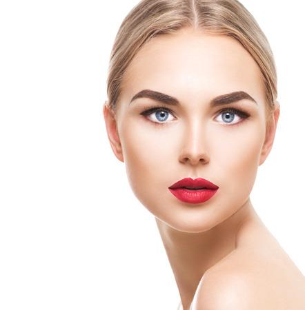 Mooie blonde model meisje met blauwe ogen en perfecte make-up op wit wordt geïsoleerd