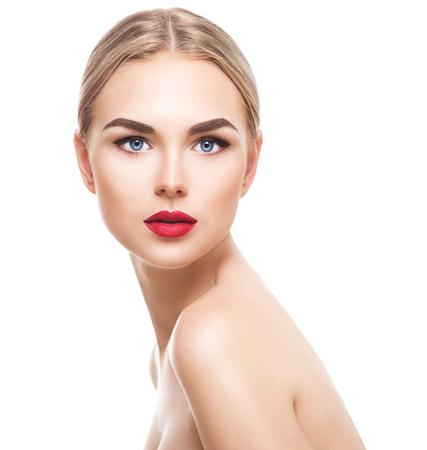 vẻ đẹp: Phụ nữ trẻ tóc vàng với làn da hoàn hảo cô lập trên nền trắng. Sexy mô hình cô gái
